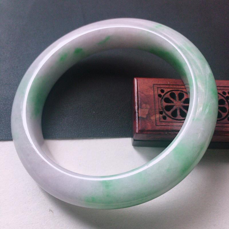 缅甸翡翠58圈口带绿正圈手镯,自然光实拍,颜色漂亮,玉质莹润,佩戴佳品,尺寸:58.2*13.0*1
