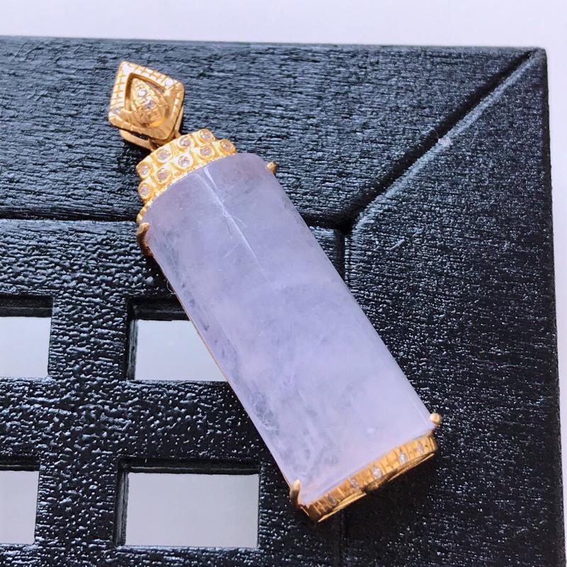 天然翡翠A货。冰糯种紫罗兰平安柱吊坠,18K金镶嵌伴钻。水润通透,色泽鲜艳。镶金尺寸:31.7*10