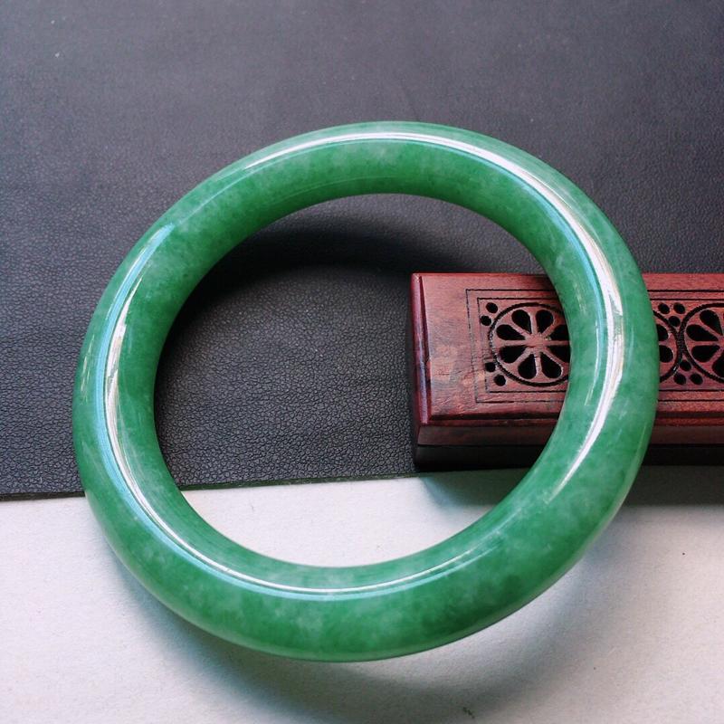 缅甸翡翠57圈口浅绿圆条手镯,自然光实拍,颜色漂亮,玉质莹润,佩戴佳品,尺寸:57.5*10.7*1