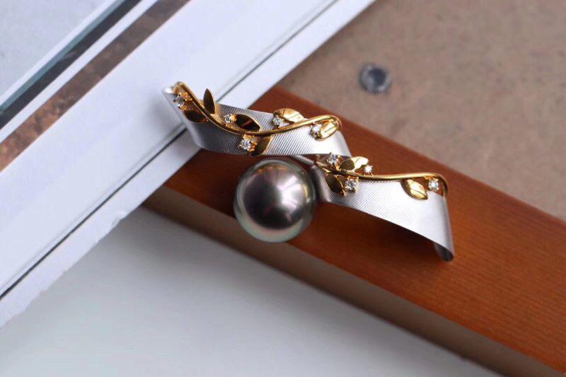 海水珍珠吊坠胸针两用款。 喜欢它的质感与款式 18k金+钻石+天然海水珍珠,做工精致,款式优雅大气。