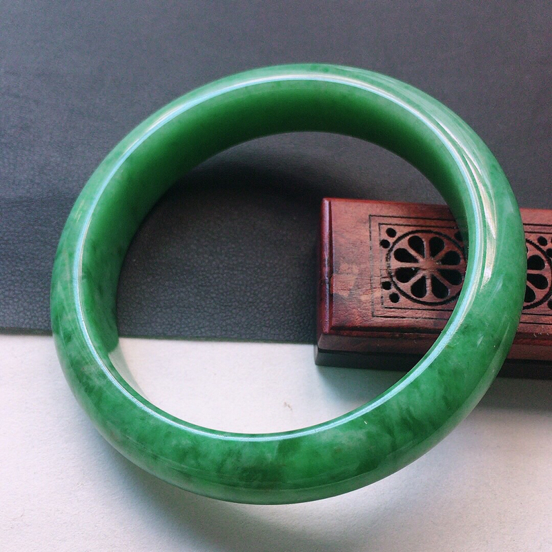 缅甸翡翠56圈口满绿正圈手镯,自然光实拍,颜色漂亮,玉质莹润,佩戴佳品,尺寸:56.4*12.9*9