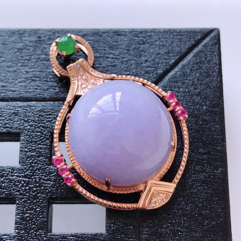 天然翡翠A货。糯化种紫罗兰蛋面吊坠,18K金镶嵌伴钻。玉质细腻,色泽鲜艳。镶金尺寸:31.5*21.