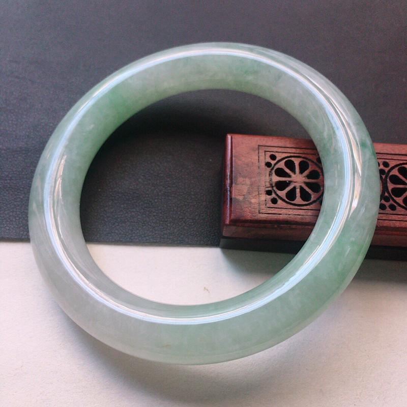 缅甸翡翠55圈口圆条手镯,自然光实拍,颜色漂亮,玉质莹润,佩戴佳品,尺寸:55.9*11.1*11.