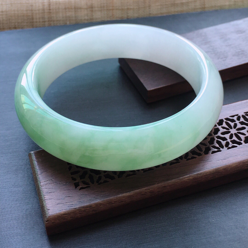 糯种飘绿正圈手镯,圈口:56mm  尺寸:15×8mm, 天然翡翠A货玉质细腻精雕细雕手镯, 颜色好