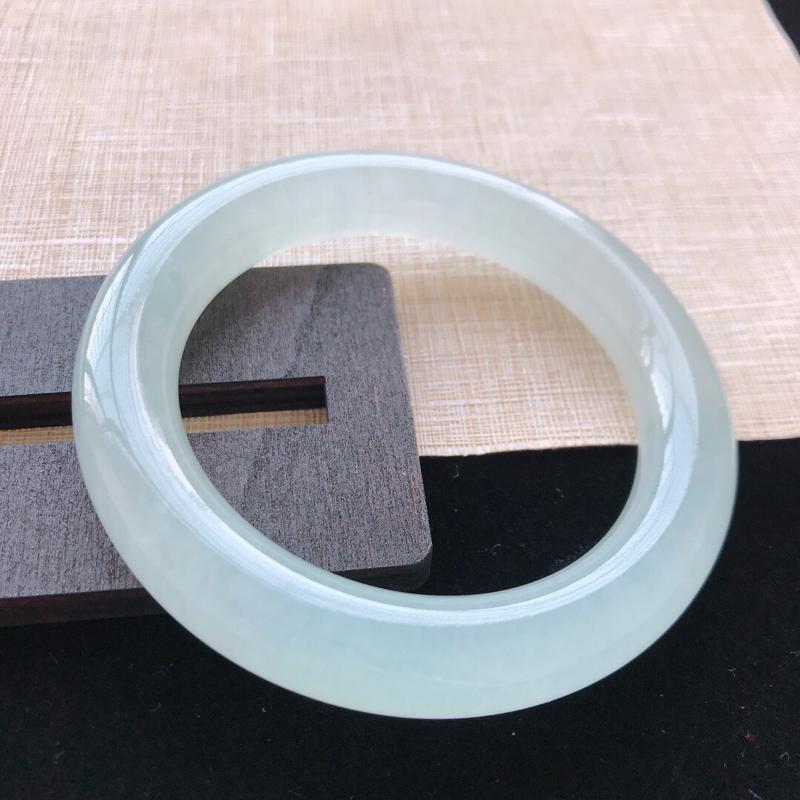 圆条:54.5。天然翡翠A货。冰糯种底色圆条手镯。水润通透,佩戴高贵优雅。尺寸:54.5*11.3m