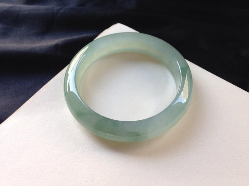 冰糯带底色正圈,57.5圈口,品质料,种水足,水润细腻,底色清新亮丽,无纹裂
