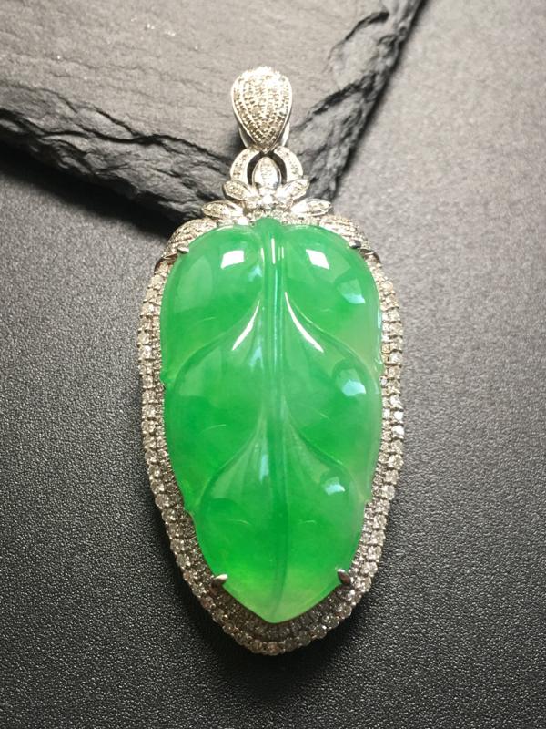 阳绿叶子吊坠,18k真金真钻镶嵌,完美,种水超好,玉质细腻。