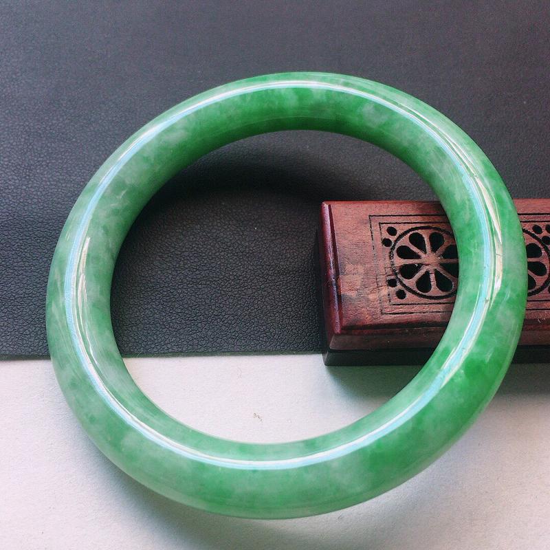 缅甸翡翠55圈口浅绿圆条手镯,自然光实拍,颜色漂亮,玉质莹润,佩戴佳品,尺寸:55.8*10.0*1