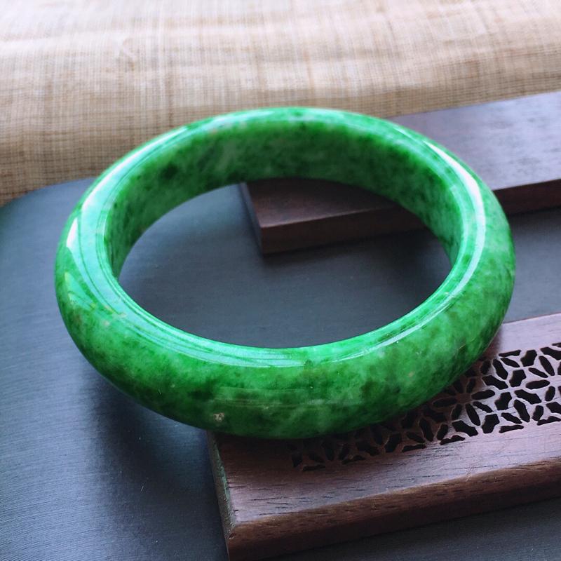 糯种满绿正圈手镯,圈口:56.5mm  尺寸:13.5×9mm, 天然翡翠A货玉质细腻精雕细雕手镯,