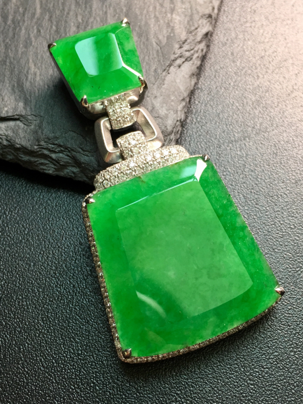 翡翠A货,阳绿无事牌吊坠,18k金伴钻镶嵌,完美,种水超好,性价比高。整体:45.8*22.5*7.