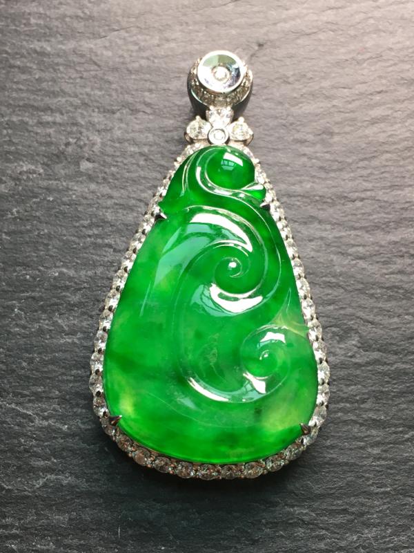 翡翠A货,阳绿如意吊坠,18k金伴钻镶嵌,完美,种水超好,性价比高。整体:43.1*23*9.2