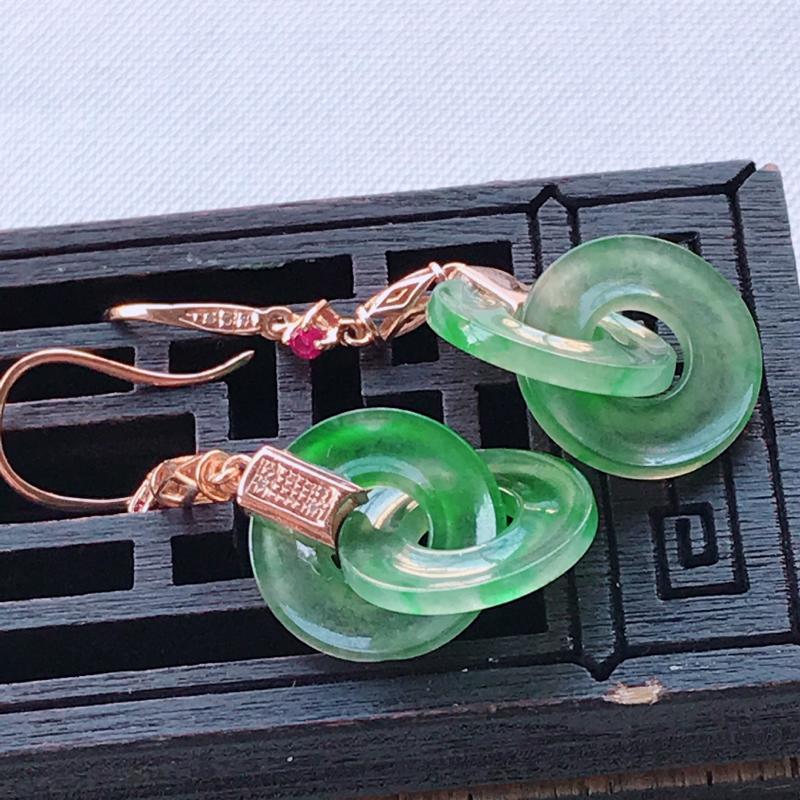 翡翠A货晴水绿平安环耳坠一对,玉质细腻,底色漂亮,上身高贵,尺寸39.9/12.9/3mm裸石12.