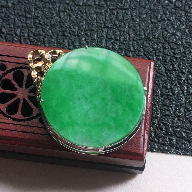 缅甸翡翠18K金伴钻镶嵌浅绿素面牌吊坠,颜色好,玉质细腻,雕工精美,佩戴送礼佳品,包金尺寸: 29.