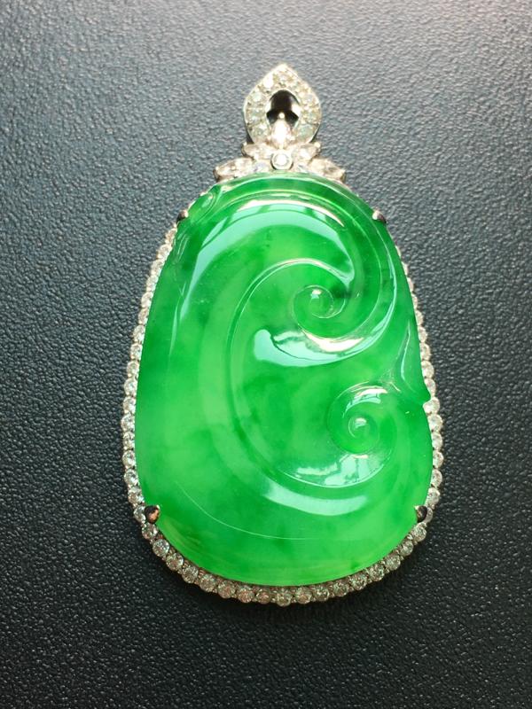 翡翠A货,阳绿如意吊坠,18k金伴钻镶嵌,完美,种水超好,性价比高。整体:39.6*22.4*7.2