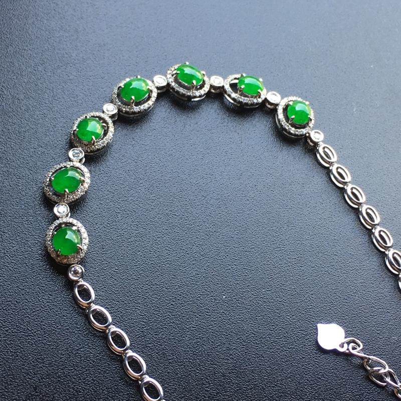 满绿蛋面翡翠手链,种老通透,色泽鲜艳,饱满,性价比高,佩戴高贵大方,祼石尺寸:5*4*2.3整体尺寸