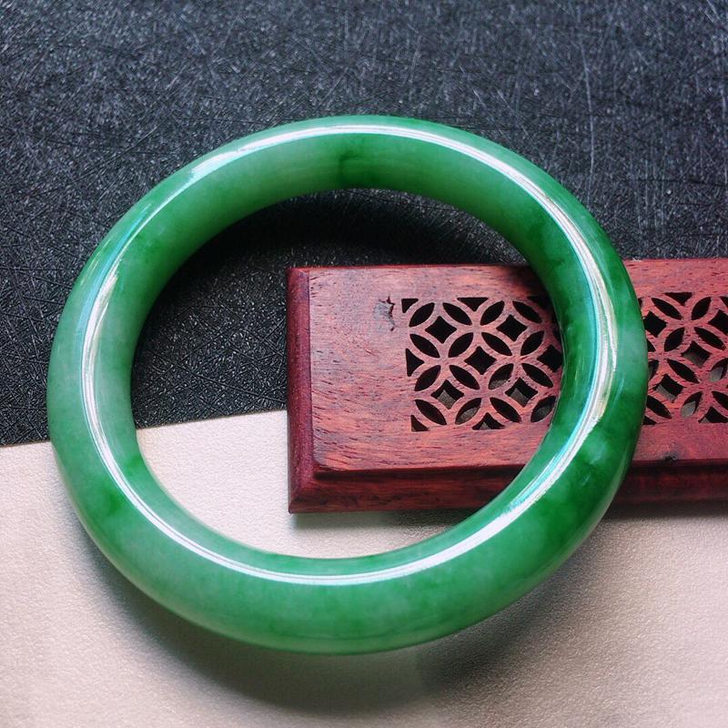 缅甸翡翠57圈口带绿圆条手镯,自然光实拍,颜色漂亮,玉质莹润,佩戴佳品,尺寸:57.9*10.9*1