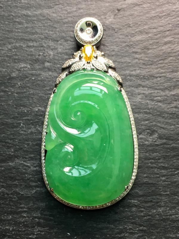 翡翠A货,满绿如意吊坠,18k金伴钻镶嵌,完美,种水超好,性价比高。整体:48.2*24.3*8.3