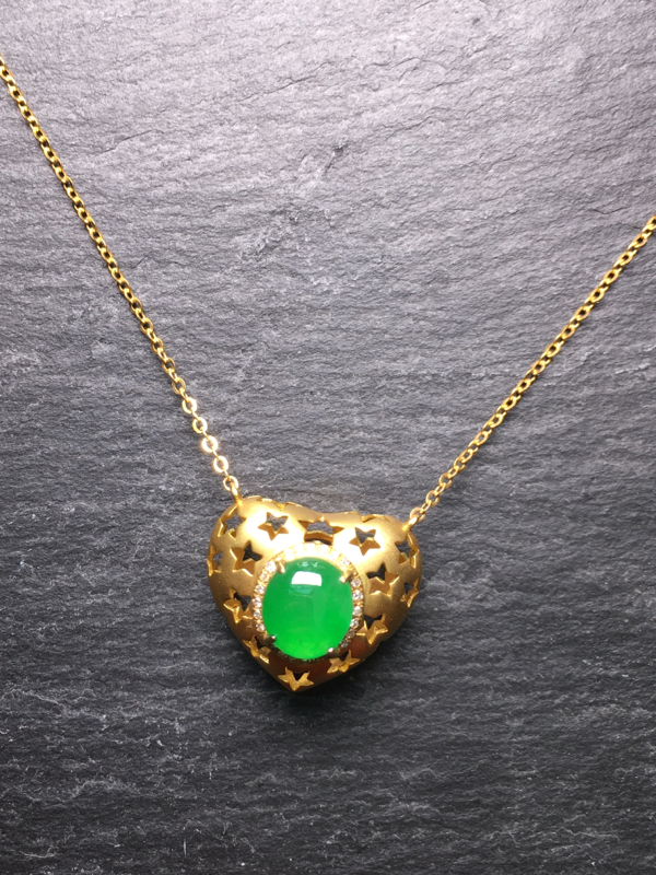 翡翠A货,阳绿蛋面心形项链,18k真金镶嵌,完美,种水超好,玉质细腻。