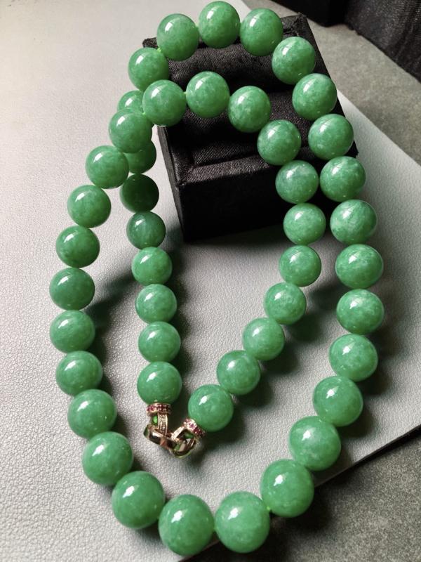 满绿珠链。完美。水头足。裸石尺寸11.5mm、46颗