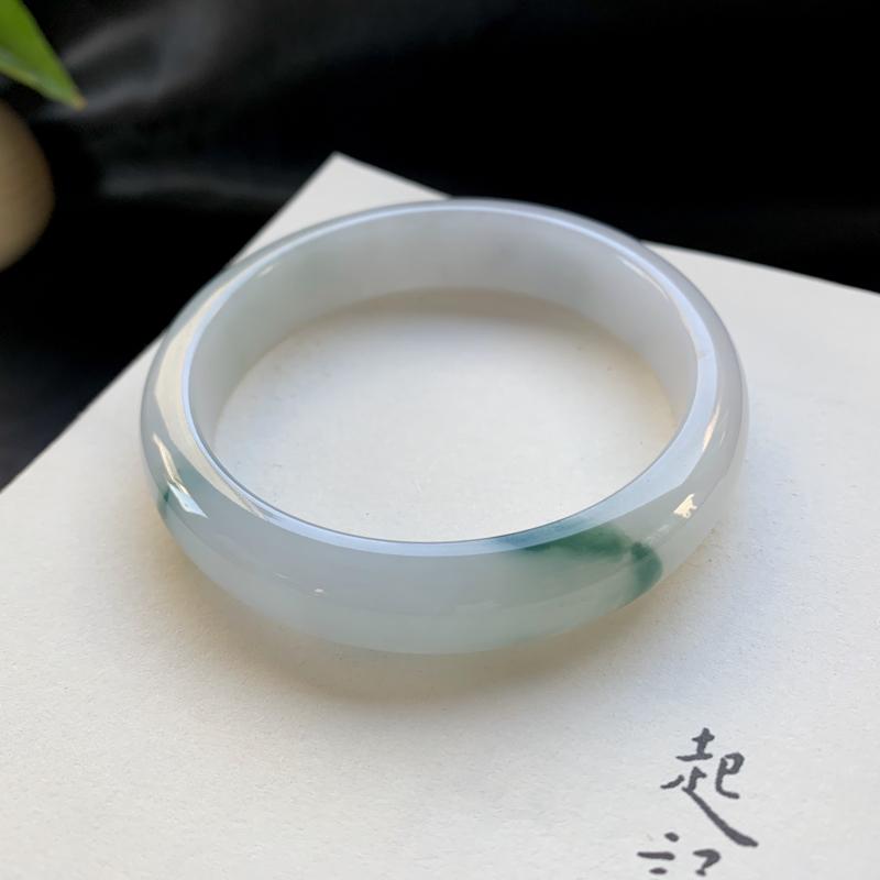 糯种飘花正圈手镯,玉质细腻,绿飘花飘逸灵动,含棉纹。正圈尺寸: