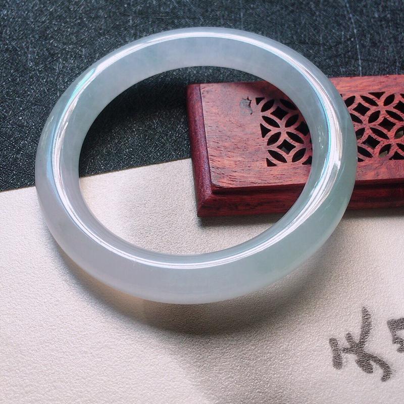 缅甸翡翠52圈口圆条手镯,自然光实拍,颜色漂亮,玉质莹润,佩戴佳品,尺寸:52.5*9.3*9.5m