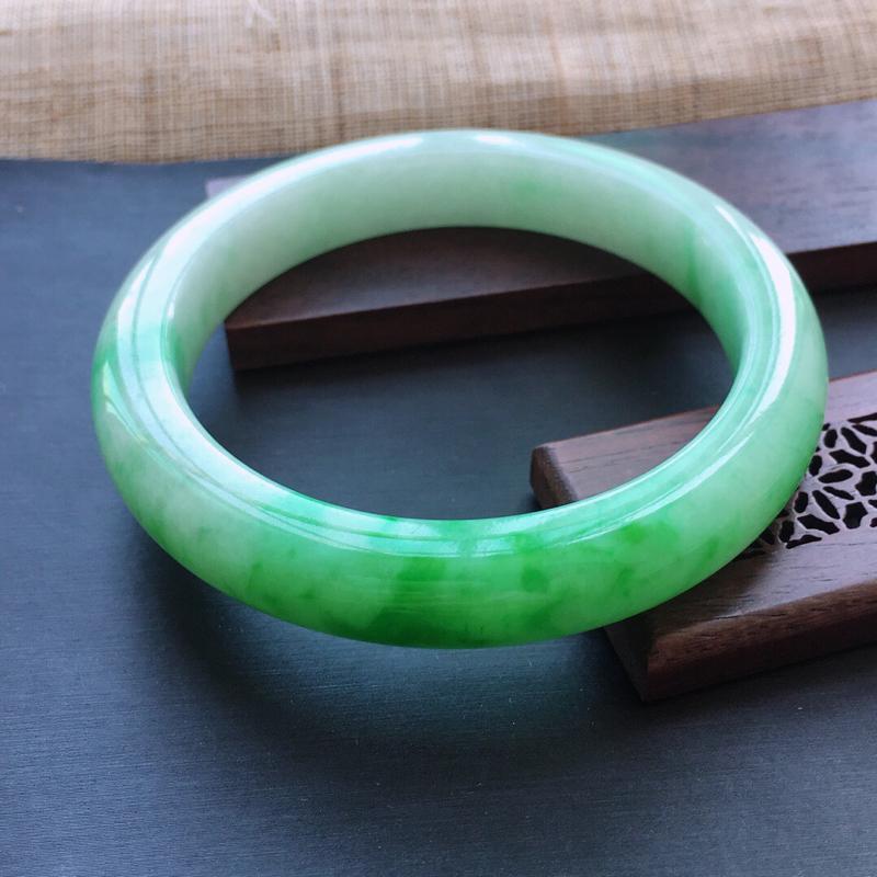 糯种飘阳绿正圈手镯,圈口:57mm  尺寸:10.7×8.8mm,  天然翡翠A货玉质细腻精雕细雕手