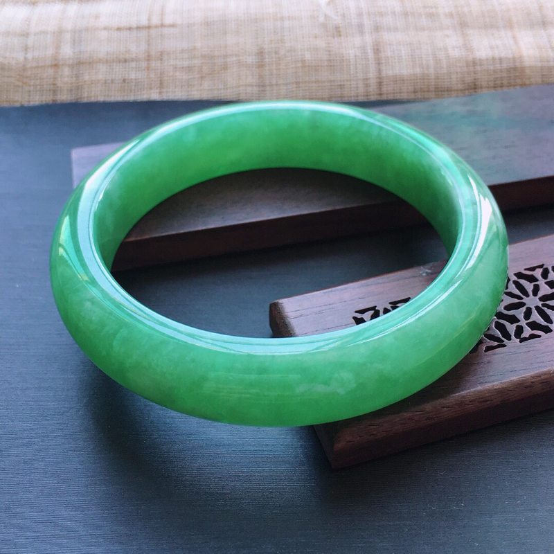 糯种满绿正圈手镯,圈口:54.8mm  尺寸:12.5×8mm, 天然翡翠A货玉质细腻精雕细雕手镯,