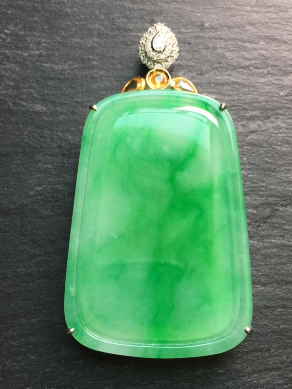 翡翠A货,飘阳绿无事牌吊坠,18k金伴钻镶嵌,完美,种水超好,性价比高。整体:61*32*8.4