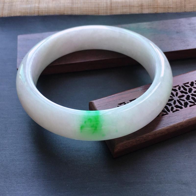 糯种飘阳绿正圈手镯,圈口:56mm  尺寸:13.3×8.5mm,  天然翡翠A货玉质细腻精雕细雕手