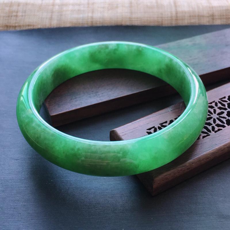 糯种满绿正圈手镯,圈口:57.3mm  尺寸:13×7mm,  天然翡翠A货玉质细腻精雕细雕手镯,