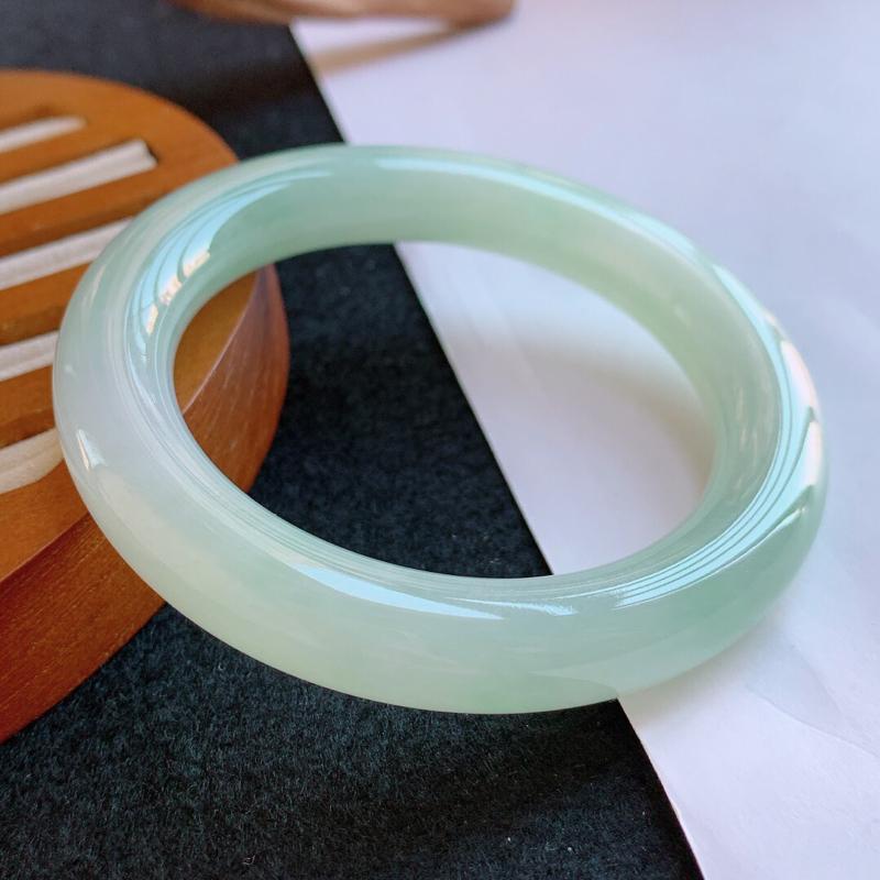 淡绿天然A货翡翠手镯 尺寸58.5-11.6-11.6mm 玉质细腻水润,条形大方,种水好,佩戴效果