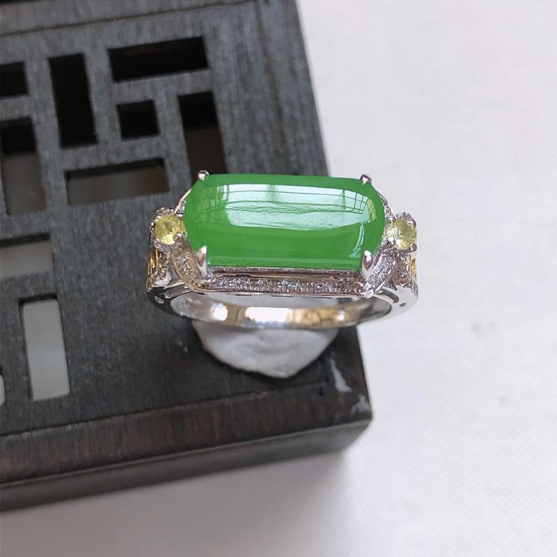 11/22  18k金伴钻镶嵌满绿马鞍形戒指,内径:17.4mm 裸石13.5*5.5*3.0mm