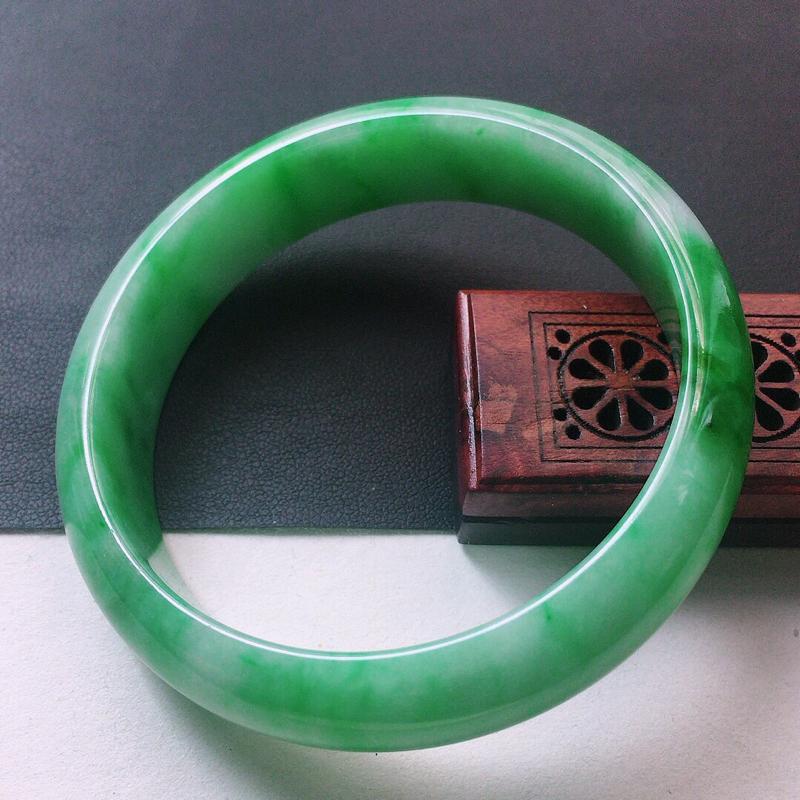 缅甸翡翠56圈口浅绿正圈手镯,自然光实拍,颜色漂亮,玉质莹润,佩戴佳品,尺寸:56.5*14.6*8