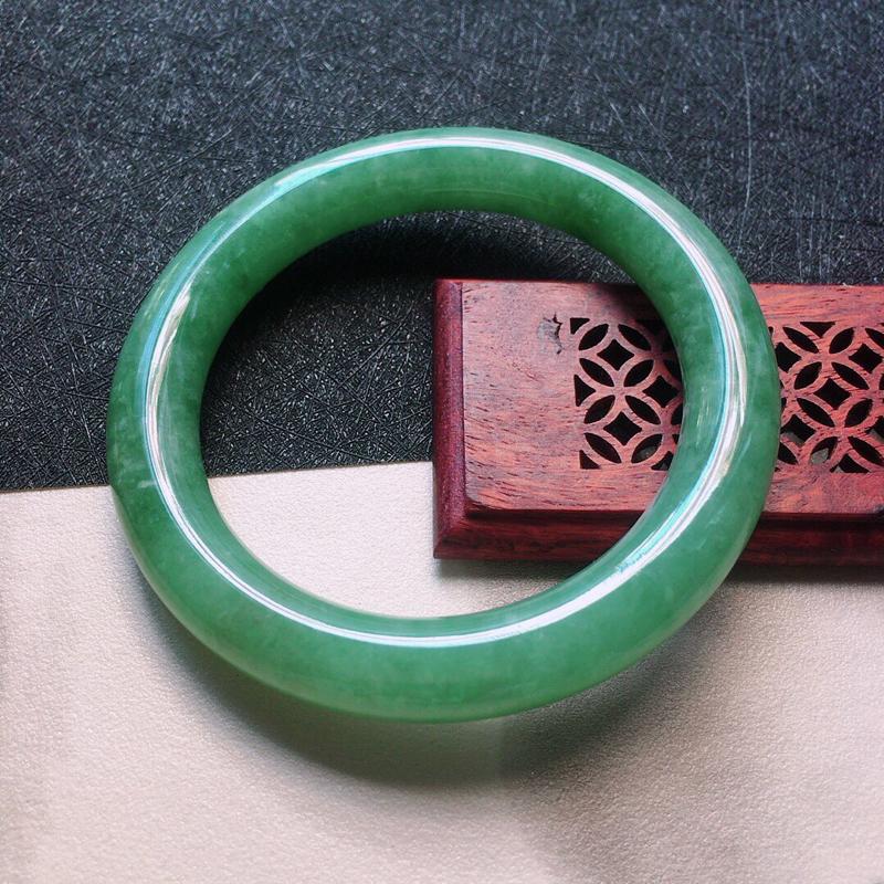 缅甸翡翠54圈口浅绿圆条手镯,自然光实拍,颜色漂亮,玉质莹润,佩戴佳品,尺寸:54.8*10.3*1