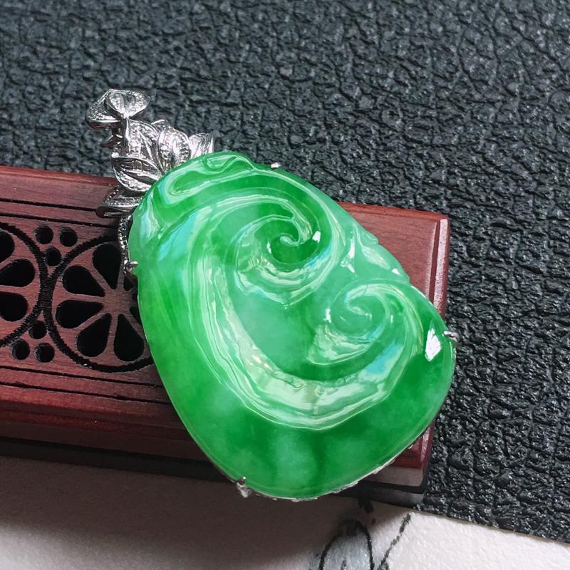 缅甸翡翠18K金伴钻镶嵌带绿如意吊坠,颜色好,玉质细腻,雕工精美,佩戴送礼佳品,包金尺寸:
