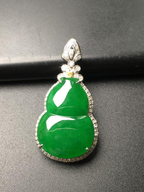翡翠A货,阳绿葫芦吊坠,18k金伴钻镶嵌,完美,种水超好,性价比高。