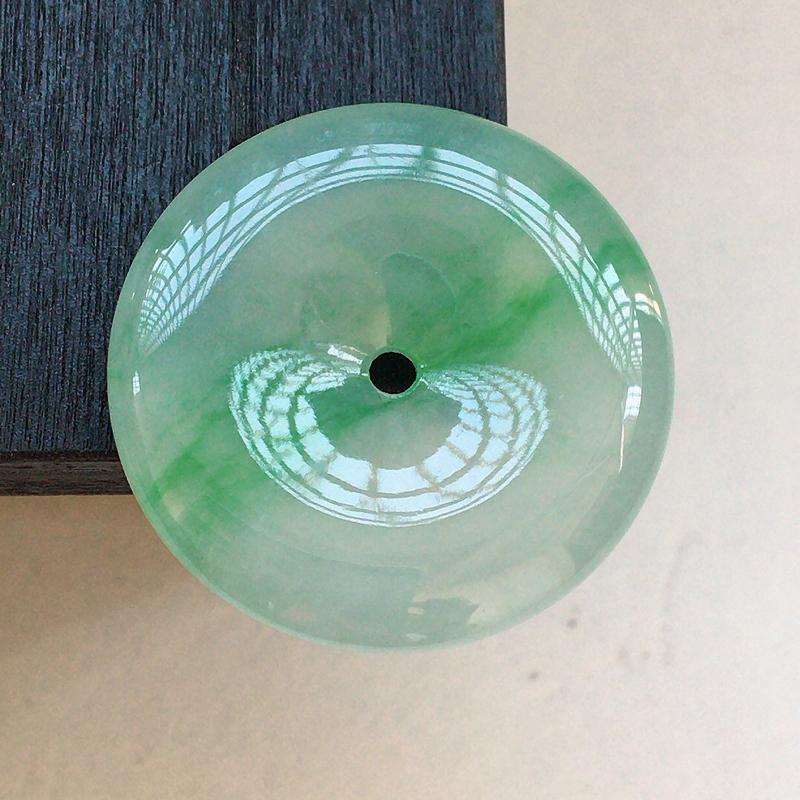 自然光实拍,缅甸a货翡翠,飘绿平安扣,种好冰透,花色漂亮,玉质莹润,形体好