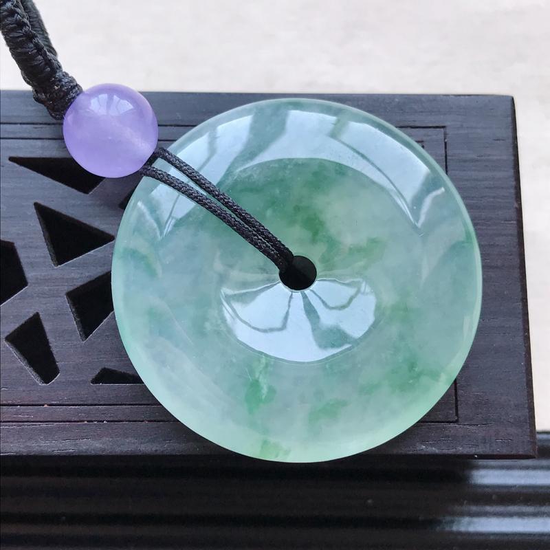 天然翡翠A货糯化种飘花精美平安扣吊坠,尺寸32.3-5.7mm配珠为工艺珠,玉