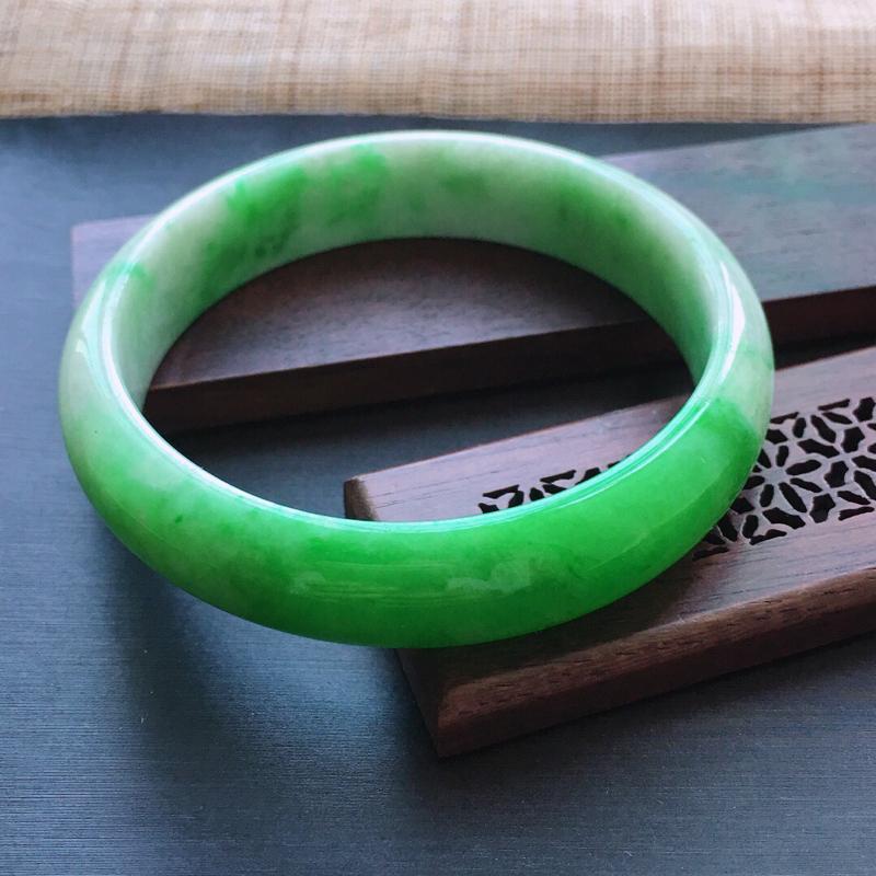 糯种飘阳绿正圈手镯,圈口:54.5mm  尺寸:12.3×6.5mm,  天然翡翠A货玉质细腻精雕细