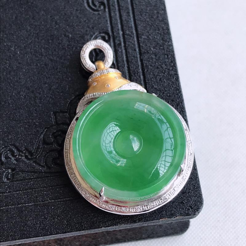 天然翡翠A货18k金镶嵌满绿平安扣吊坠,含金尺寸:34.1×22.9×7.5mm,裸石尺寸:19.2