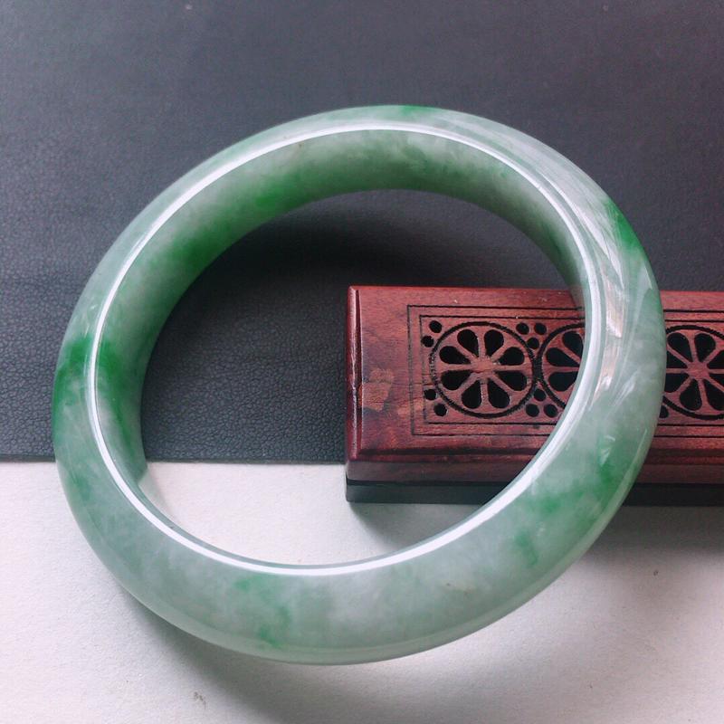 缅甸翡翠57圈口带绿正圈手镯,自然光实拍,颜色漂亮,玉质莹润,佩戴佳品,尺寸:57.2*12.2*9