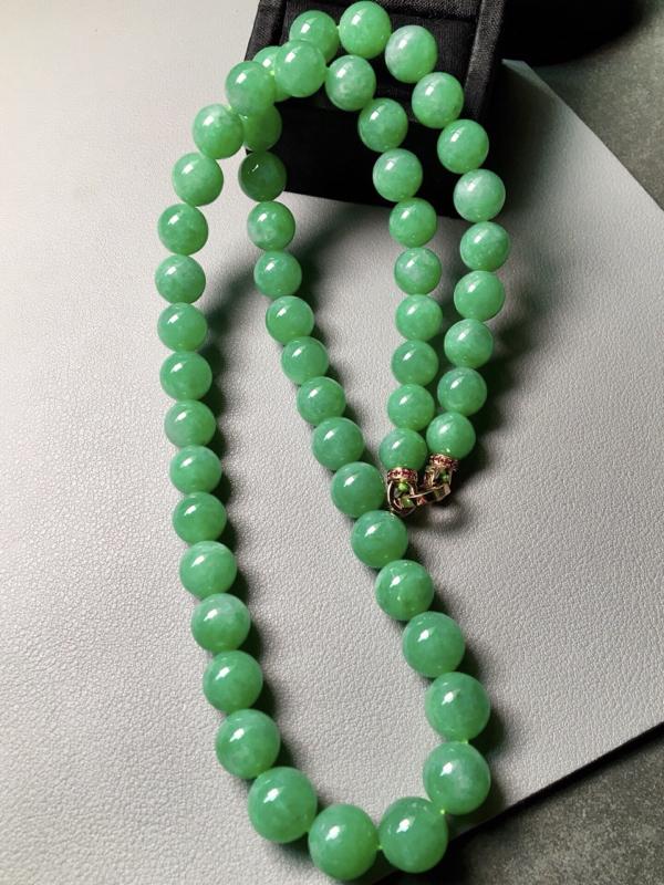 满绿珠链。完美。水头足。裸石尺寸9.6mm、53颗