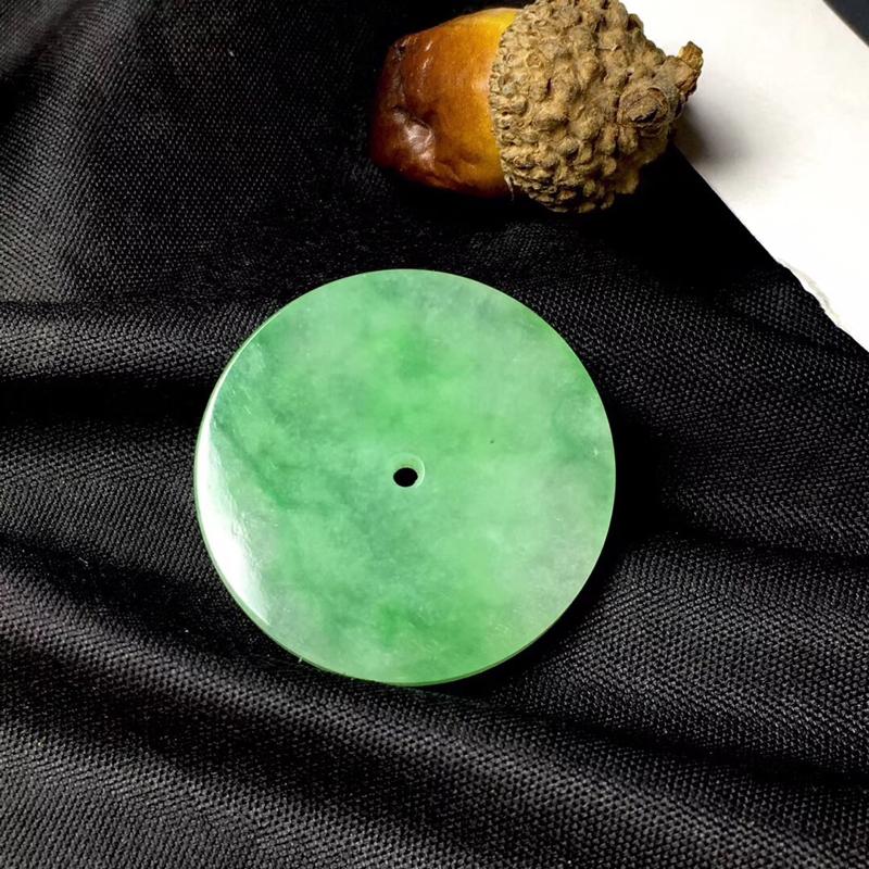 缅甸飘彩圆圈吊坠:种老水足,色泽漂亮,干净透光,圆润饱满,透光有内纹,圆圆满满,财源滚滚寓意佳,有