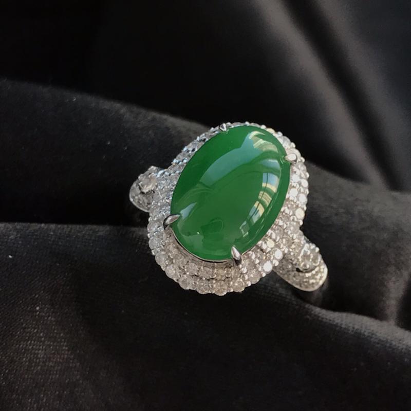 天然翡翠A货,满绿蛋面戒指,料子细腻,冰透水润,色泽鲜艳,饱满大气,18K金伴钻镶嵌,性价比高