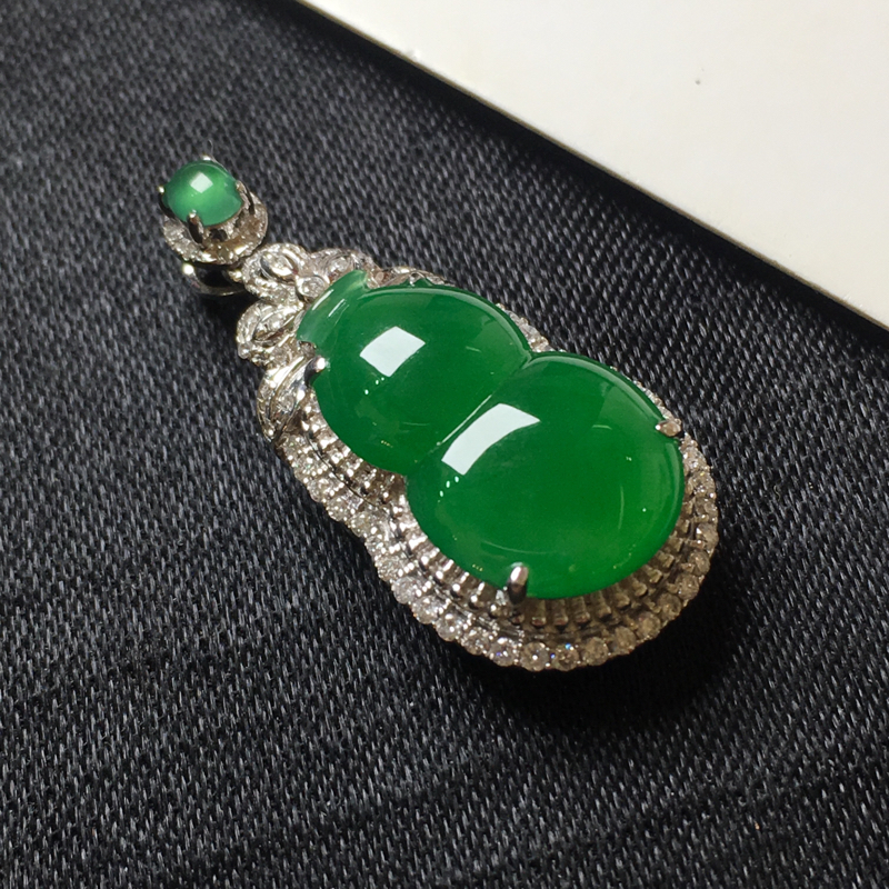 满绿葫芦吊坠,18k金伴钻镶嵌,色阳,种水一流,佩戴精美