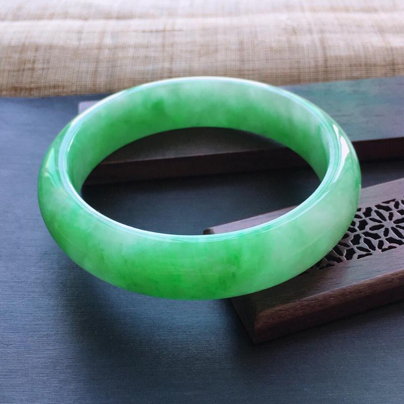 糯种飘阳绿正圈手镯,圈口:57mm  尺寸:14×7.3mm, 天然翡翠A货玉质细腻精雕细雕手镯,