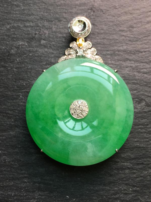 翡翠A货,满绿平安扣吊坠,18k金伴钻镶嵌,完美,种水超好,性价比高。整体:40.6*7