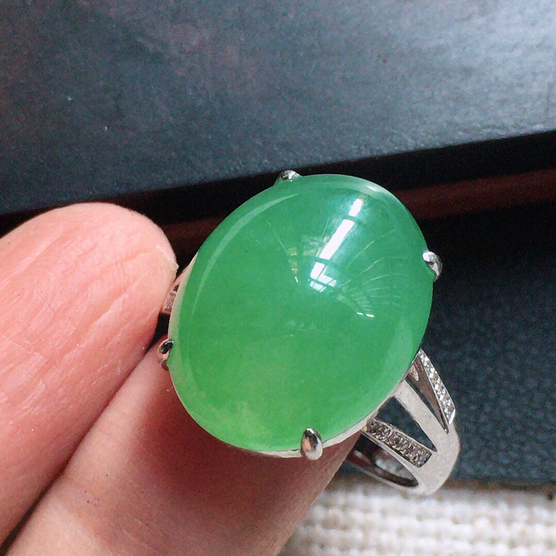 缅甸翡翠17圈口18k金伴钻镶嵌浅绿蛋面戒指,自然光实拍,颜色漂亮,玉质莹润,佩戴佳品,内径:17.