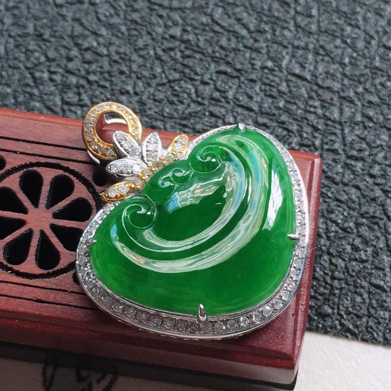 缅甸翡翠18K金伴钻镶嵌满绿如意吊坠,颜色好,玉质细腻,雕工精美,佩戴送礼佳品,包金尺寸: