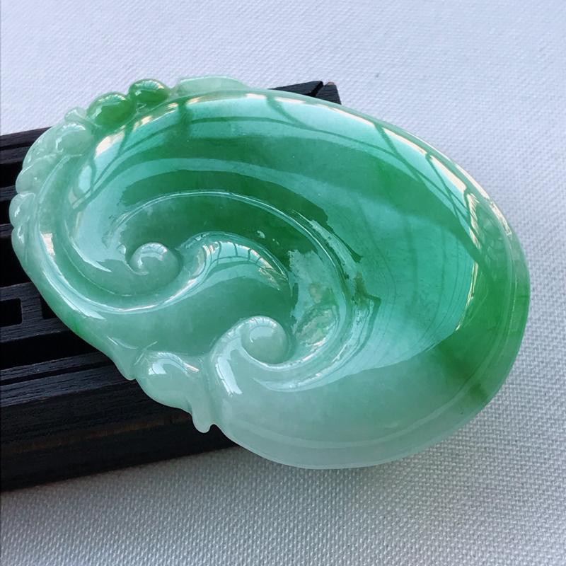 翡翠A货飘阳绿吉祥如意吊坠,玉质细腻,底色漂亮,上身高贵,尺寸54.2/40.1/6.1mm